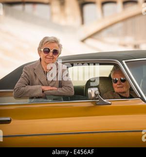 Portrait de senior couple cool avec leur voiture classique Banque D'Images