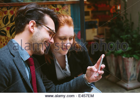 Couple looking at smartphone Banque D'Images