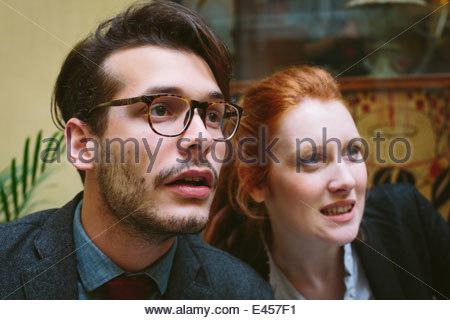 Couple à la distance en Banque D'Images