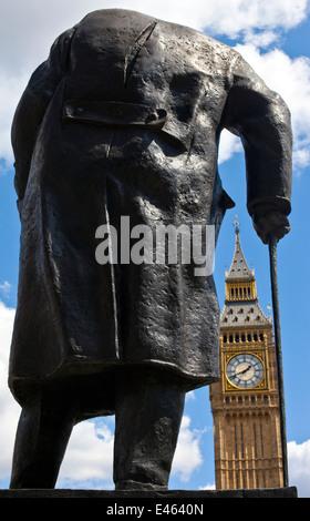 Statue de Sir Winston Churchill face à la Maison du Parlement à Londres. Banque D'Images