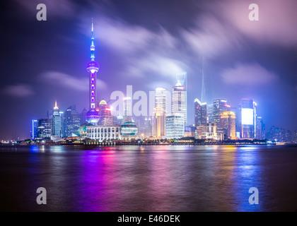 Shanghai, Chine cityscape vue à travers le Huagnpu River. Banque D'Images