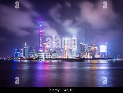 Shanghai, Chine cityscape vue à travers la rivière Huanpu. Banque D'Images