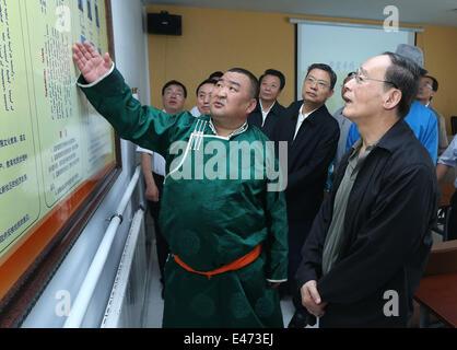 Xilinhot, la Région autonome de Mongolie intérieure. 3 juillet, 2014. Wang Qishan (R), un membre du Comité permanent du Bureau politique du Parti communiste chinois (PCC) et secrétaire du Comité central de la Commission centrale de contrôle disciplinaire (CCDI) du PCC, des renseignements sur la construction du parti populaire à Xilingol, Ligue du nord de la Chine, région autonome de Mongolie intérieure, le 3 juillet 2014. Wang a fait une tournée d'inspection dans la ligue de Xilingol, du 3 au 4. © Pang Xinglei/Xinhua/Alamy Live News