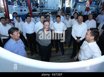 Xilinhot, la Région autonome de Mongolie intérieure. 3 juillet, 2014. Wang Qishan (C'avant), un membre du Comité permanent du Bureau politique du Parti communiste chinois (PCC) et secrétaire du Comité central de la Commission centrale de contrôle disciplinaire (CCDI) du PCC, des visites d'une société d'équipements d'énergie éolienne dans la région de Xilingol, Ligue du nord de la Chine, région autonome de Mongolie intérieure, le 3 juillet 2014. Wang a fait une tournée d'inspection dans la ligue de Xilingol, du 3 au 4. © Pang Xinglei/Xinhua/Alamy Live News