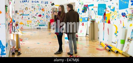 Les touristes à l'Atelier public 2, exposition d'œuvres par les membres du public dans la galerie d'Art Moderne, Banque D'Images