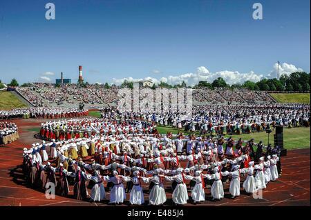 Tallinn, Estonie. 4 juillet, 2014. Les interprètes dansent lors d'une cérémonie à Tallinn, capitale de l'Estonie, le 4 juillet 2014. Le chant national estonien et Dance Festival inauguré le 4 juillet. Chanteurs, danseurs et musiciens originaires de plus de 10 pays ont participé au cours des célébrations, qui durent jusqu'au 6 juillet. Crédit: Sergei Stepanov/Xinhua/Alamy Live News