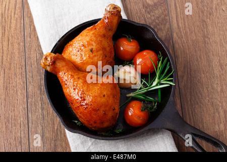 Cuisses de poulet frit dans une casserole Banque D'Images
