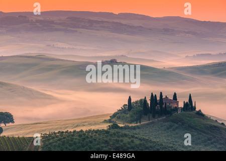 Célèbre Podere Belvedere dans la lumière du matin, au cœur de la Toscane, près de San Quirico in de Val d'Orcia Banque D'Images