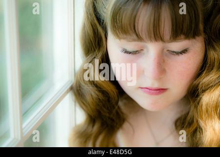 Portrait of Girl (13-15) avec les yeux fermé