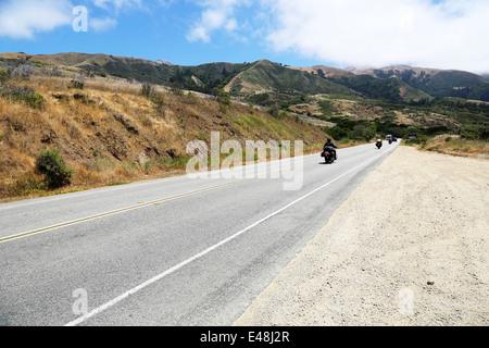 Biker équitation le long de la Route 1, la route du Pacifique Californie sur la façon de Big Sur, avec vue imprenable Banque D'Images