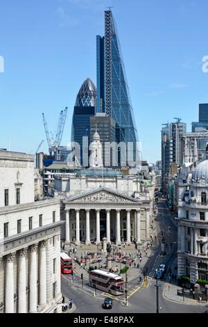 Carrefour banque dans la ville de Londres avec Leadenhall râpe à fromage bloc bureau dominant le Royal Exchange Banque D'Images