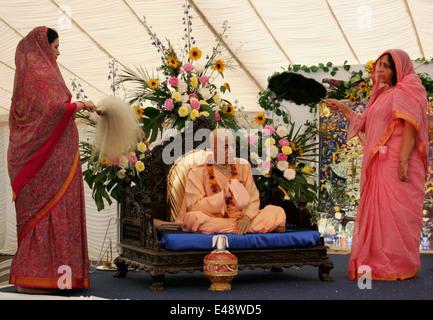 Statue du Swami Bhaktivedanta Prabhupada UN C et les femmes dévots Bhaktivedanta Manor Krishna Temple à Watford UK