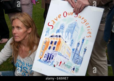 East End, Londres le 5 juillet 2014. Rassemblement et marche contre les compressions proposées au Service national Banque D'Images