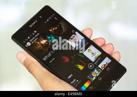 Hand holding Smartphone, mobile, téléphone mobile, le Xperia Z2 Banque D'Images