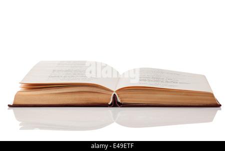 Livre ouvert isolé sur fond blanc. Clipping Path Banque D'Images