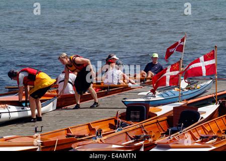Padders et rameurs de divers clubs d'aviron et de kayak à la jetée du ponton du Rungsted Rowing Club, pendant une Banque D'Images