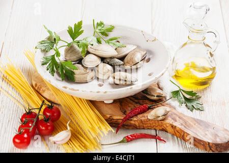 Ingrédients pour la cuisson des coquilles vongole spaghetti vongole spaghetti, les matières premières, les feuilles Banque D'Images