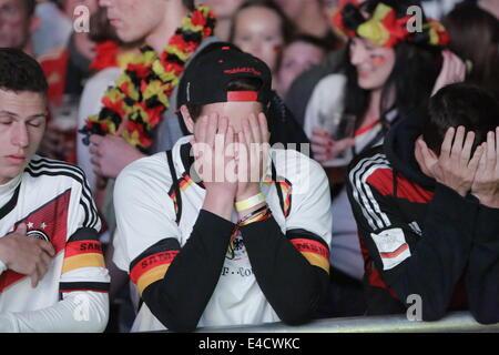 Francfort, Allemagne. 8 juillet, 2014. Des fans allemands regarder la demi-finale contre le Brésil. Des milliers Banque D'Images