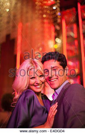 Couple hugging in nightclub Banque D'Images