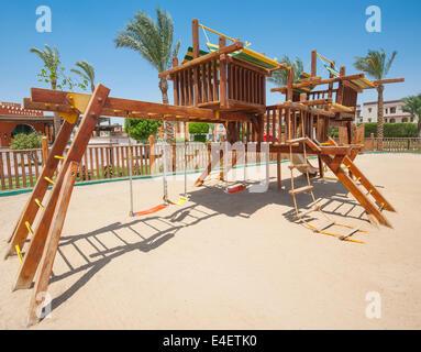 Escalade pour enfants Jungle gym en extérieur dans un parc tropical Banque D'Images