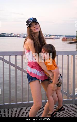 Mère essayant de tenir en colère trois ans à Waterfeont Park à Louisville (Kentucky) Banque D'Images
