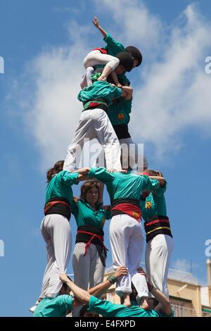 Castellers de la Sagrada Familia formant une pyramide humaine au cours de la Festa Major de la Sagrada Familia à Banque D'Images
