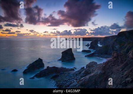 Au cours de la crépuscule Bedruthan Steps le long de la côte de Cornwall, Angleterre Banque D'Images