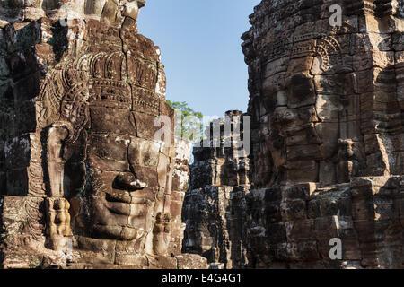 Visages de pierre antique temple Bayon, Angkor, Cambodge Banque D'Images