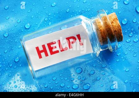 Aide message dans une bouteille Banque D'Images