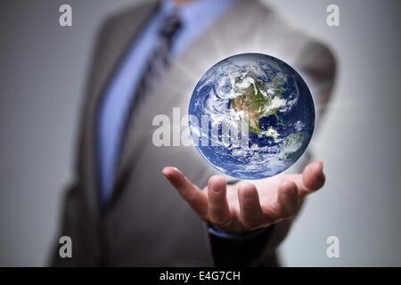 Businessman holding le monde dans ses mains