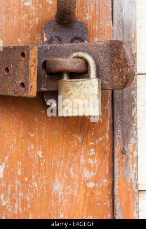 Ancien cadenas rouillé sur une porte en bois Banque D'Images