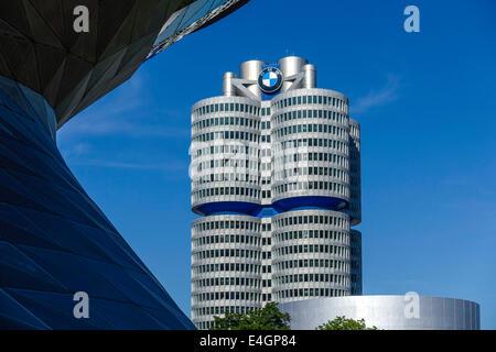 BMW Welt et de l'Administration centrale à quatre cylindres 'BMW', Munich, Bavaria, Germany, Europe Banque D'Images