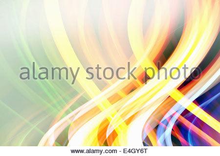 Abstract pattern de faisceaux lumineux colorés entrelacés avec éblouissement Banque D'Images