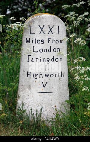 Étape importante se trouve sur le bord de la route à proximité Faringdon, Oxfordshire, Angleterre Banque D'Images