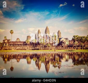Effet Retro Vintage style hipster image filtrée de voyage du Cambodge Angkor Wat historique avec la réflexion dans Banque D'Images