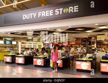 Les gens shopping à la boutique hors taxes, à l'intérieur de l'aéroport de Faro, Algarve, Portugal, Europe Banque D'Images