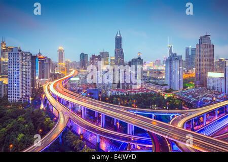 Shanghai, Chine vue aérienne sur les autoroutes. Banque D'Images