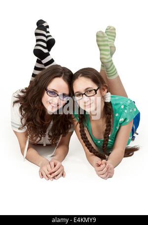 Deux sœurs allongé sur un marbre blanc Banque D'Images