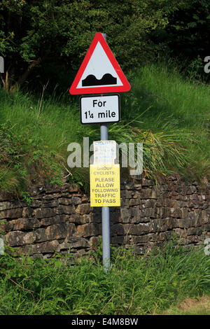 Signalisation routière pour les cyclistes. Inscrivez-vous démontre les difficultés de bicyclettes et d'automobiles Banque D'Images