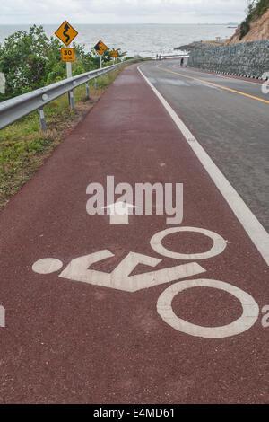 Les cyclistes signe symbole peint sur la route. Banque D'Images