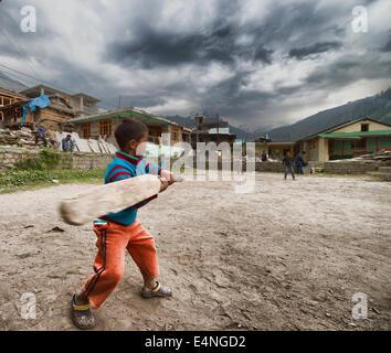 Les enfants indiens à jouer au cricket dans un village Banque D'Images
