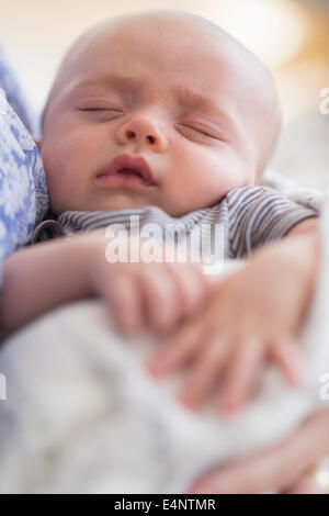 Close up of Baby Boy (2-5 months) sleeping in mother's arms Banque D'Images