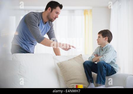 Père de discipliner son (8-9) Banque D'Images