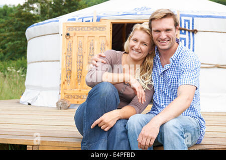 Couple Enjoying Camping vacances en yourte traditionnelle Banque D'Images