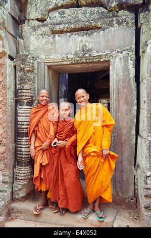 Les moines de l'enfant au temple de Ta Prohm à Angkor Wat Banque D'Images