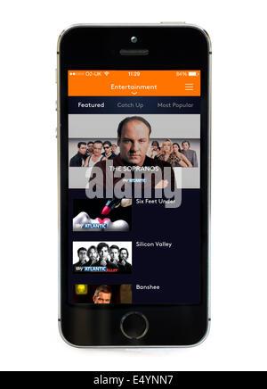 La télévision à la demande via le ciel est maintenant TV app sur un Apple iPhone 5S Banque D'Images