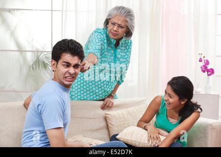 Grand-mère de réprimander garçon fille tout en se réjouit Banque D'Images
