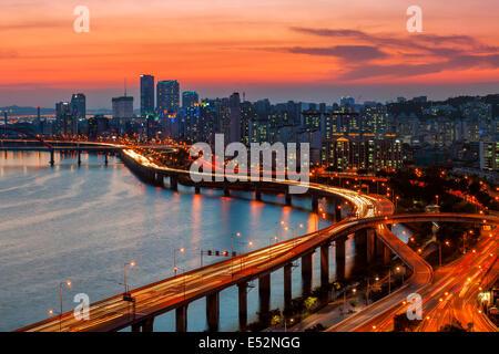 Un coucher de soleil sur le quartier des affaires de Yeouido et la rivière Han de Séoul, Corée du Sud. Banque D'Images