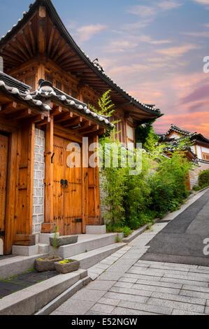 L'architecture coréenne traditionnelle dans le village de Bukchon Hanok à Séoul, Corée du Sud. Banque D'Images