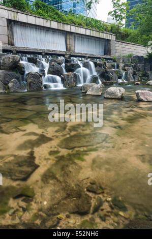 Cheonggyecheon Stream passe par le centre de Séoul, Corée du Sud. Banque D'Images